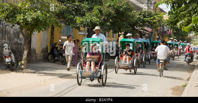 Tourists been cycled around Hoi An township. - Stock-Bilder
