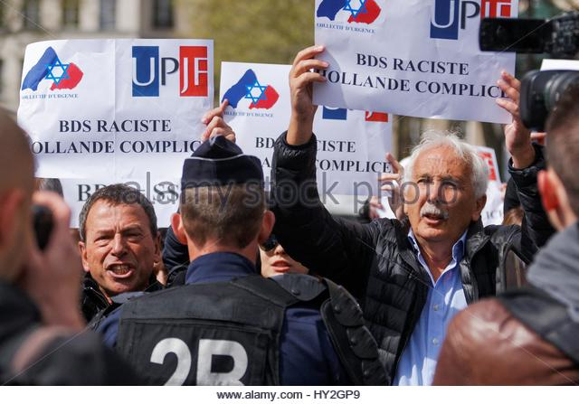 Paris, France. 1st Apr, 2017. People hold up signs as both supporters and opponents of the Israeli occupation of - Stock Image