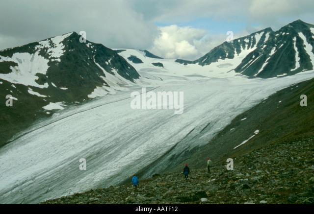 Trekkers approaching the Mikkajekna glacier, Sarek National Park, Lappland, Norrbottens Län, arctic Sweden. - Stock Image