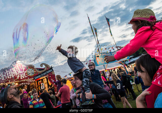 Henham Park, Suffolk, UK. 14th July, 2016. Bubble Inc entertain the young and old with tiny and gigantic bubbles - Stock Image