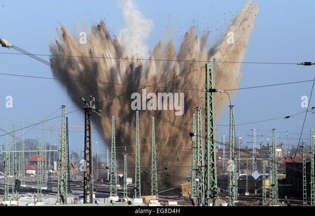 Halle, Germany. 19th Feb, 2015. An American WW2 bomb is detonated in the grounds of the railway station in Halle, - Stock Image