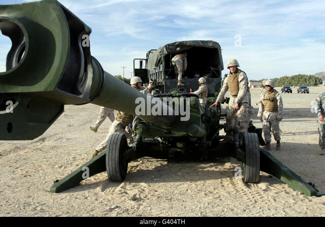 Cannoneers train with the M777 Lightweight Howitzer. - Stock Image