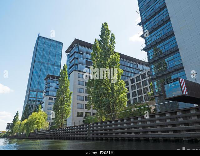 Hochhäuser am Wasser - Stock-Bilder