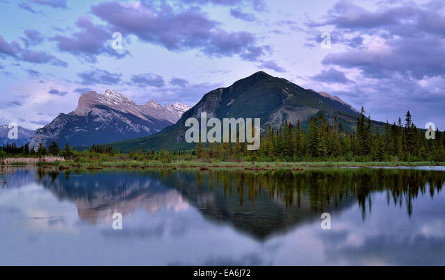 Canada, Banff National Park, View of Vermilion Lakes at sunset - Stock-Bilder