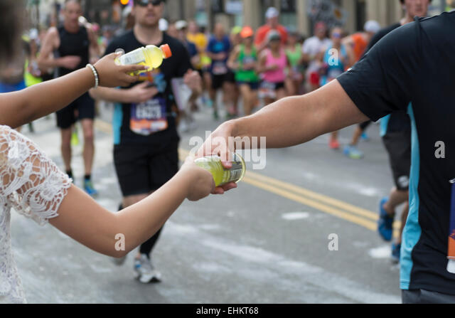 Los Angeles, California, USA. 15th March, 2015.  Runners getting fluids at mile 11 of the LA Marathon. - Stock-Bilder
