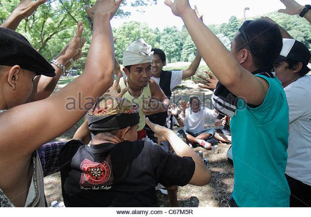 Japan Tokyo Harajuku Yoyogi Koen Park Asian man men Indonesian Balinese practice dance ritual group circle - Stock Image