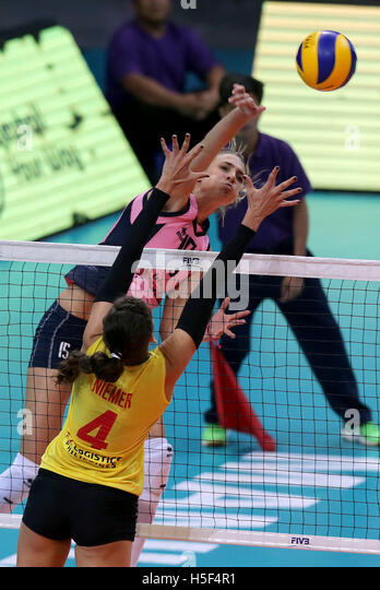 Pasay City, Philippines. 20th Oct, 2016. Jovana Stevanovic of Pomi Casalmaggiore (Top) competes against Stephanie - Stock Image