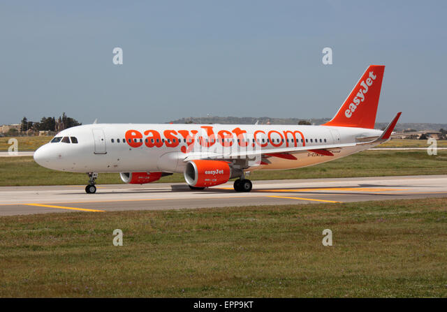 Air travel. EasyJet Airbus A320 taxiing for departure from Malta - Stock-Bilder