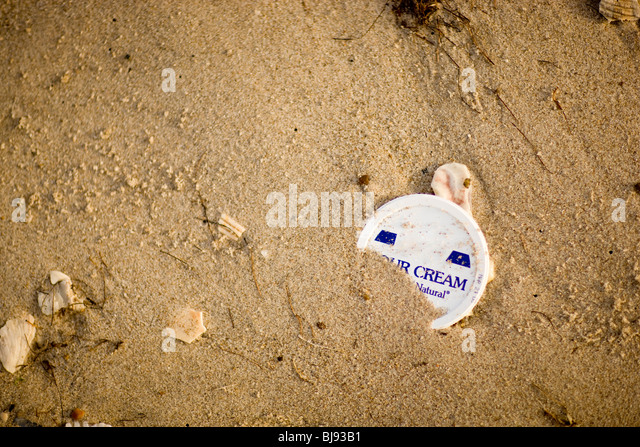 Garbage in the sand on the beach. - Stock Image
