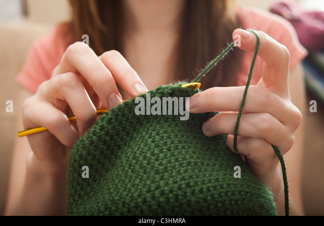 Young woman knitting woolly hat - Stock-Bilder