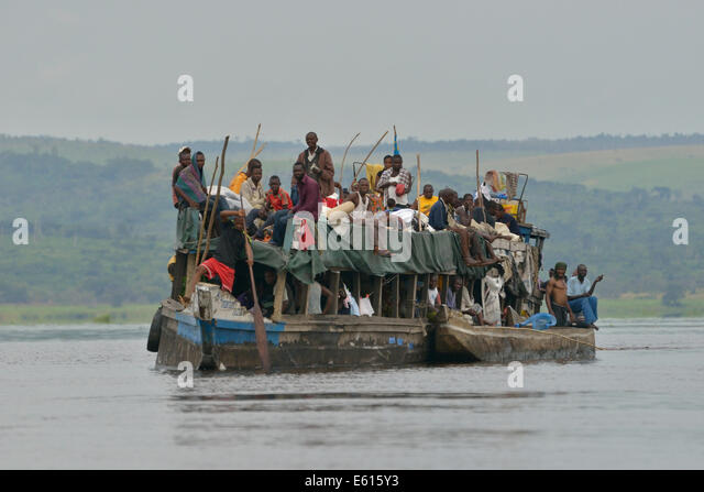 Overloaded boat on the Congo River, near Tshumbiri, Bandundu Province, Democratic Republic of the Congo - Stock-Bilder