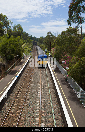 An Intercity train arrives at Lapstone Station - Stock-Bilder