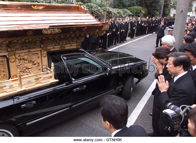 A hearse, carrying the coffin containing the remains of the late Sony Corp co-founder Akio Morita, passes mourners - Stock-Bilder