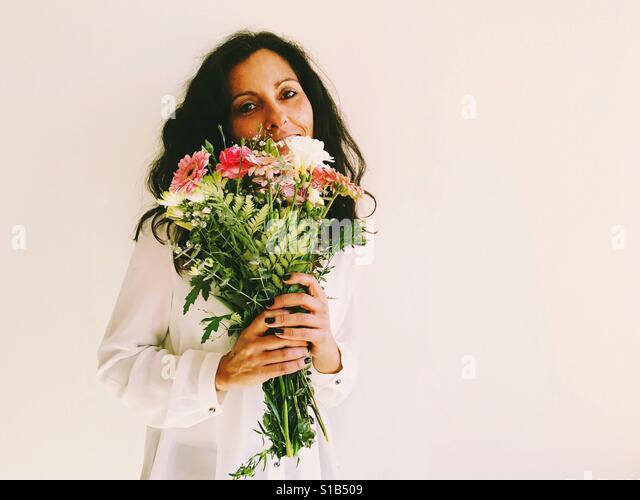 Eoman holding flowers. - Stock-Bilder