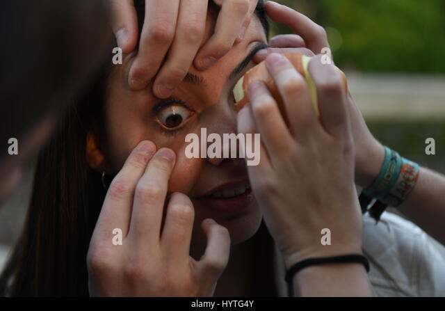 Madrid, Spain. 06th Apr, 2017. A woman tries to cry with a slice of onion during a 'Quedada para llorar' - Stock-Bilder