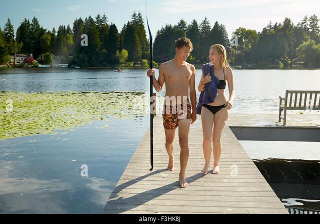 Couple leaving lake after swim, Seattle, Washington, USA - Stock-Bilder