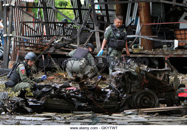 Thai soldiers inspect the scene of a car bomb blast outside a hotel in the southern province of Pattani, Thailand - Stock-Bilder