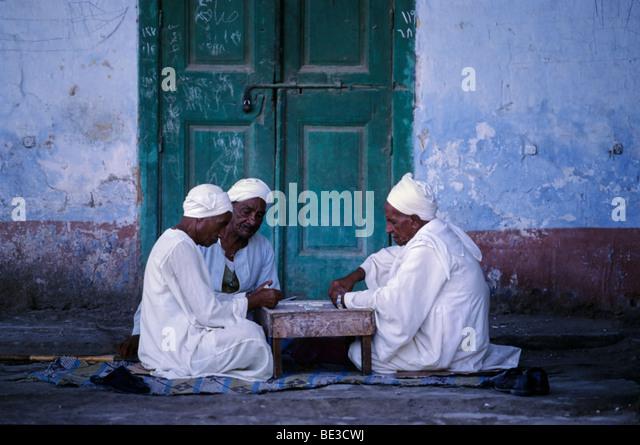 Egyptians playing dominos, play, men, game, gamblers, djellabea, white, traditional, turban, El Queseir, Egypt, - Stock-Bilder