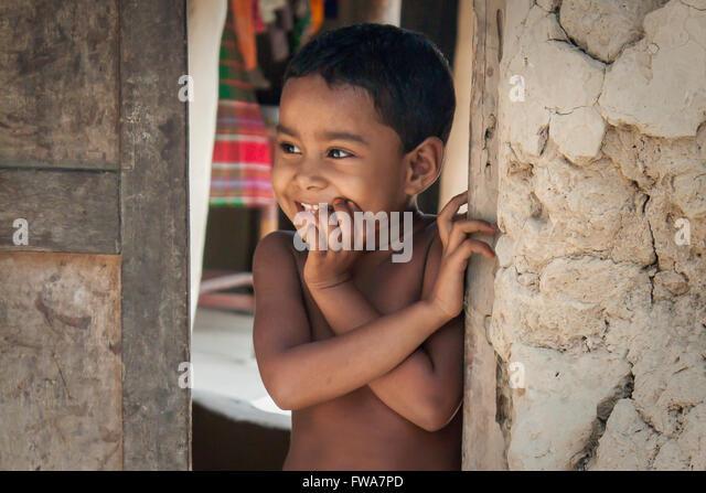 A little Kid smiling in front of his door in Mohonpur, Rajshahi, Bangladesh, and Asia. © Jahangir Alam Onuchcha/Alamy - Stock-Bilder