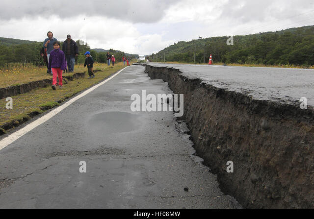Chiloe province, Chile. 25th December, 2016. Photo taken on Dec. 25, 2016 shows a road damaged by an earthquake - Stock-Bilder
