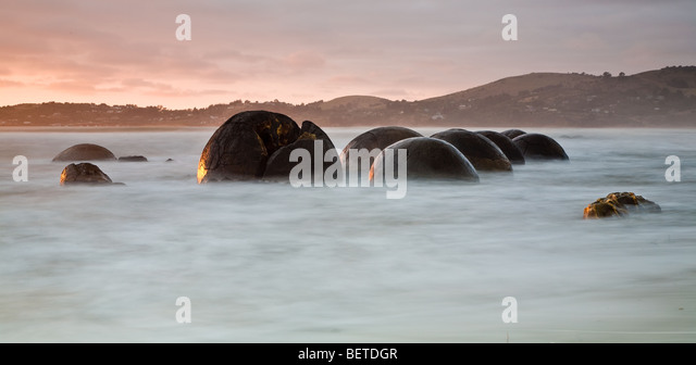 Sunrise over the Moeraki Boulders, Koekohe Beach, New Zealand - Stock Image