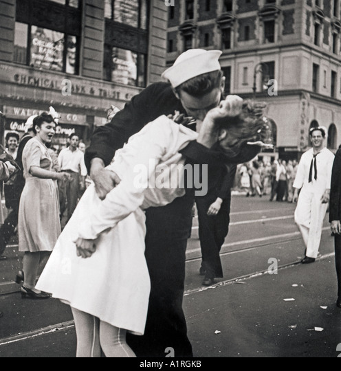 the-famous-kiss-in-new-york-city-s-times