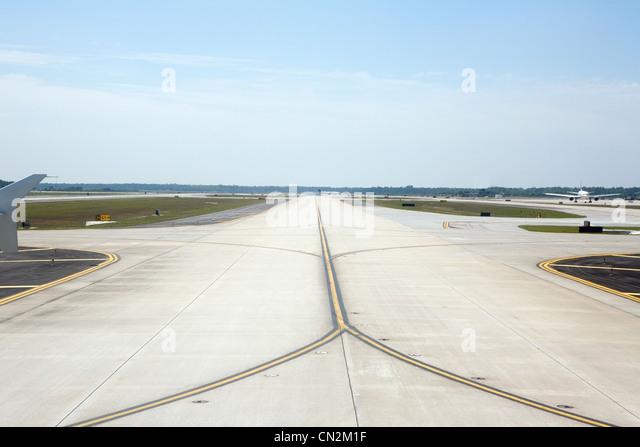 Empty airport runway - Stock Image