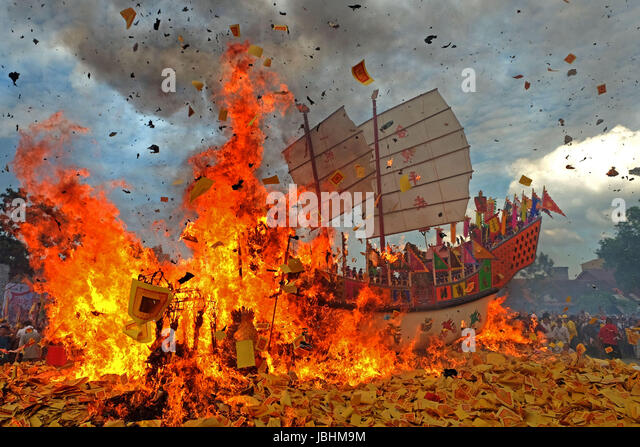 Riau. 11th June, 2017. People participate in Bakar Tongkang or the barge burning tradition at Bagansiapi api in - Stock-Bilder