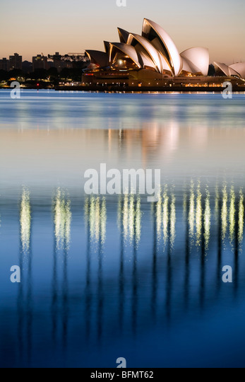 Australia, New South Wales, Sydney.  View of the Sydney Opera House and Harbour Bridge from Blues Point at dawn. - Stock-Bilder