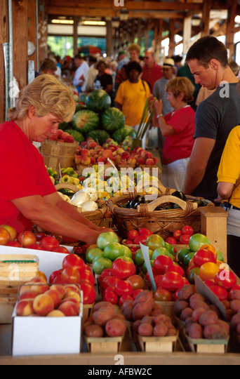 Toledo Ohio Warehouse District Erie Street Farmers Market shoppers locally grown produce - Stock Image