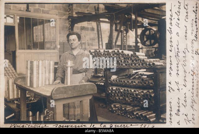 2 G55 R1 1916 1 Woman in arms industry World War 1 History World War 1 1914 18 Arms industry Verificatrice souvenir - Stock-Bilder