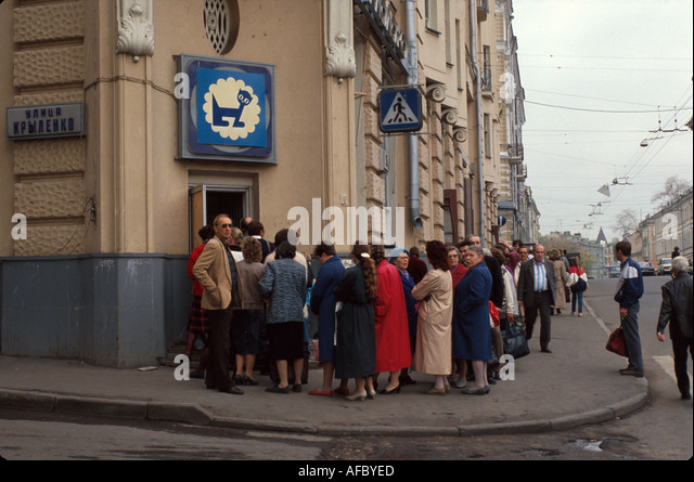 Russia former Soviet Union Moscow state owned milk vendor long lines for lower prices - Stock Image