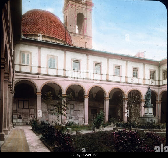 Mit der Kirche ist auch ein Kloster verbunden. Der Kreuzgang bildet lauschige, weltabgeschiedene Hallen, in denen - Stock Image