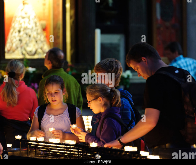 Lighting Candles in Remebrance in Cologne Cathedral - Stock-Bilder