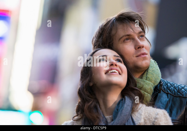 Young couple on vacation looking up, New York City, USA - Stock-Bilder
