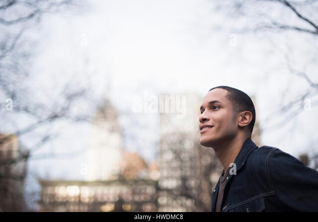 Young man outdoors, Manhattan, New York, USA - Stock-Bilder