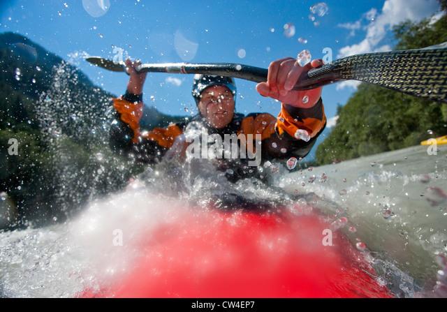Whitewater kayaker riding rapid on Inn River near Pfunds, Austria - Stock-Bilder