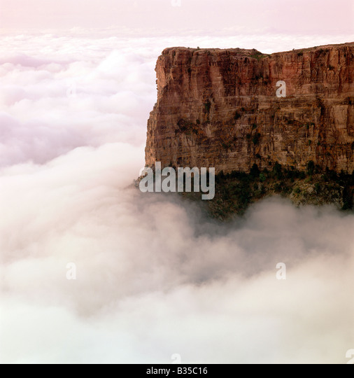 Morning fog & cliffs at Al Habalah, Asir Region, Saudi Arabia - Stock Image