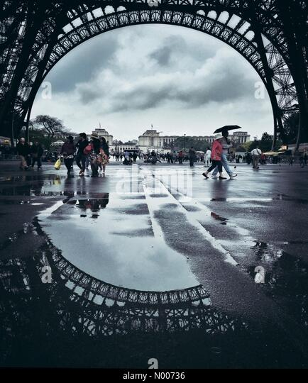Tour Eiffel, Paris, France. 10th May, 2016. Rainy Day in Paris in Colour © Howeyt/StockimoNews/Alamy Live News - Stock Image