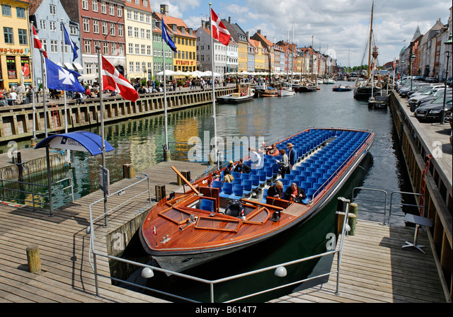 Excursion boat in the Nyhavn, New Harbour, Copenhagen, Denmark, Scandinavia, Europe - Stock Image