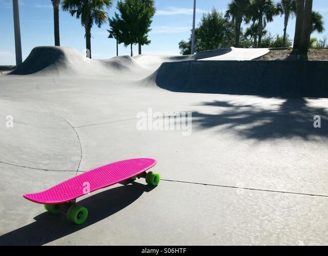 A pink skateboard at a deserted skate park in Florida. - Stock-Bilder