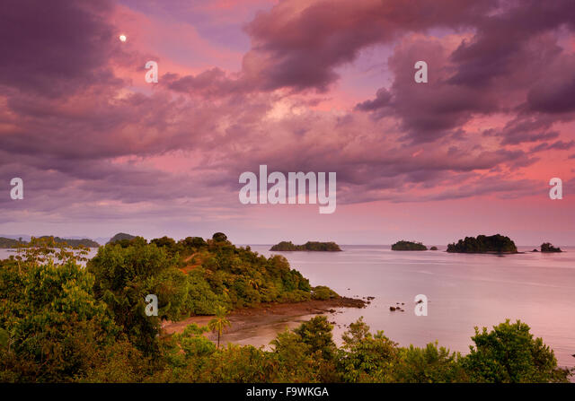 Rising moon and colorful evening skies at Coiba island national park, Pacific coast, Veraguas province, Republic - Stock-Bilder