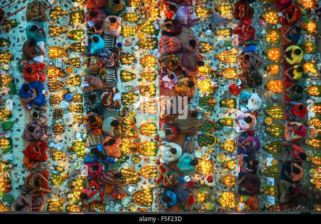 Dhaka, Bangladesh. 3rd Nov, 2015. Hindu believers are sitting together on floor in Lokenath Brahmachari Temple at - Stock Image