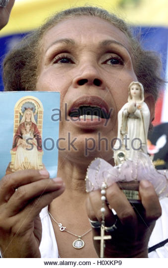 An anti-President Hugo Chavez protestor sings during a religious event  in Caracas February 16, 2003. Tens of thousands - Stock Image