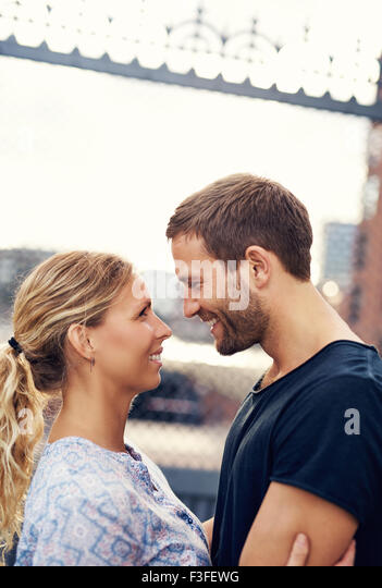 White Loving Couple In The City, Looking In Each Others Eyes - Stock-Bilder