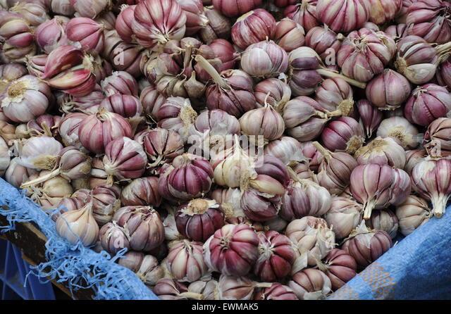 Garlic, red garlics whole garlic, market red, white, spicy Farmers market - Stock Image