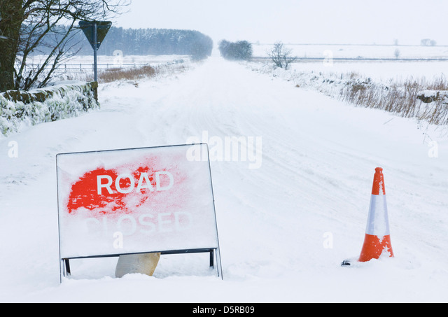 Road closed sign in snow storm, Derbyshire, Peak District National Park, England, GB, UK, EU, Europe - Stock Image