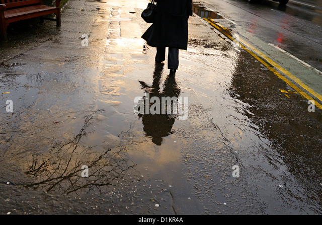 woman in glasgow walks byres road in the rain - Stock-Bilder