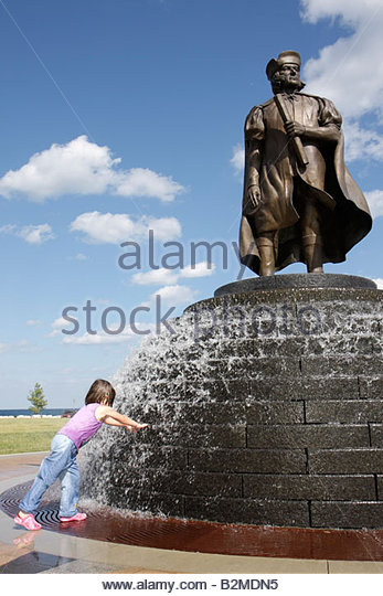 Wisconsin Kenosha Harbor Park Christopher Columbus statue public fountain girl play get wet childhood fun honor - Stock Image