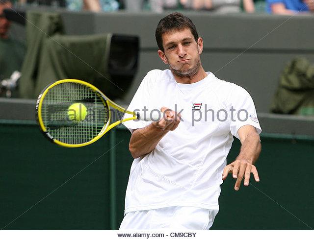 28/06/2012 - Wimbledon (Day 4) - James WARD (GBR) vs. Mardy FISH (USA) - James Ward hits a forehand - Photo: Simon - Stock-Bilder